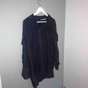 Fin silkskjorta från Zara i marinblå med vita små ränder! (frakt kan tillkomma)
