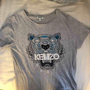 Äkta grå kenzo tshirt med blått tryck, bara använd några gånger. Köpt för 900kr men säljer för 300kr+ frakt💙✨🌼 kvitto finns även