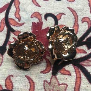 Fina rosor till örhängen i guldfärg!