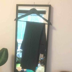 Svarta, lite raka, kostymbyxor byxor med kritränder. i barnstolen (136) men fungerar som XS🌟