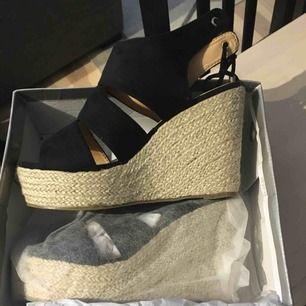 Helt NYA och oanvända skor från Bohoo, fick dem bokstavligen idag. Väldigt små i storleken för att vara en size 8 (typ 41) så skulle säga att ni med 40 får på er dem. Kan skicka eller mötas upp i Sthlm