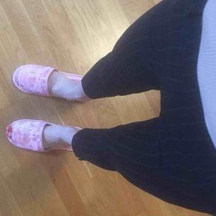 Mörkblå byxor från h&m, tighta och lite raka nedtill, med stretch och dragkedja på sidan. Supersköna. Mellanhöga i midjan.🌸