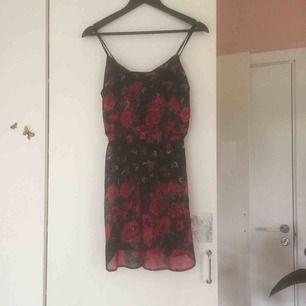 """Lätt transparent somrig rosen""""klänning"""", kjolen är uppdelade som fyra slitsar och går alltså att knyta som top, annars fladdrar de lite sött när man går, passar prima med en svart underklänning. One of a kind😍"""