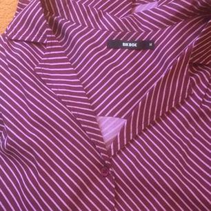 Lila och rosa-randig skjorta, sitter jättefint på Använd en gång bara. Denna + tighta svarta jeans = ❤️🍷