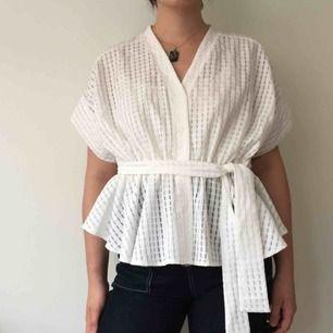 Superfin volang-topp. Härligt lätt material, köpt från Bik Bok aldrig använd. Snygg att ha öppen som ett kimono-liknande plagg också.