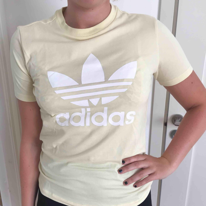 Adidas- t-shirt, aldrig använd, bra skick.. T-shirts.