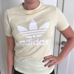 Adidas- t-shirt, aldrig använd, bra skick.