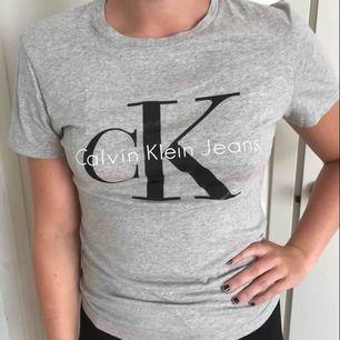 Calvin Klein - t-shirt. Knappt använd. Bra skick. Nypris 499kr