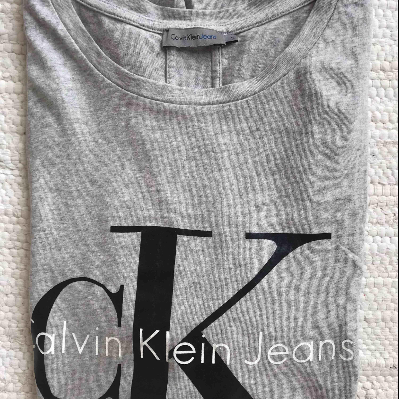Calvin Klein - t-shirt. Knappt använd. Bra skick. Nypris 499kr. T-shirts.