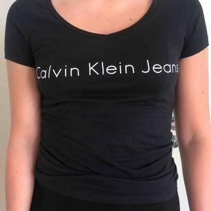 Calvin Klein - t-shirt. V-ringad. Knappt använd, bra skick.