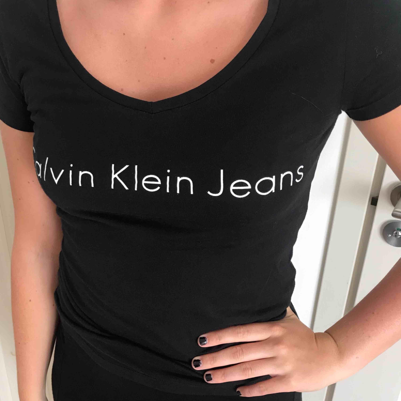 Calvin Klein - t-shirt. V-ringad. Knappt använd, bra skick.. T-shirts.