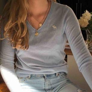Superskön ljusblå tröja från abercrombie. 100% Kaschmir. Bra skick. Köparen står för frakt.