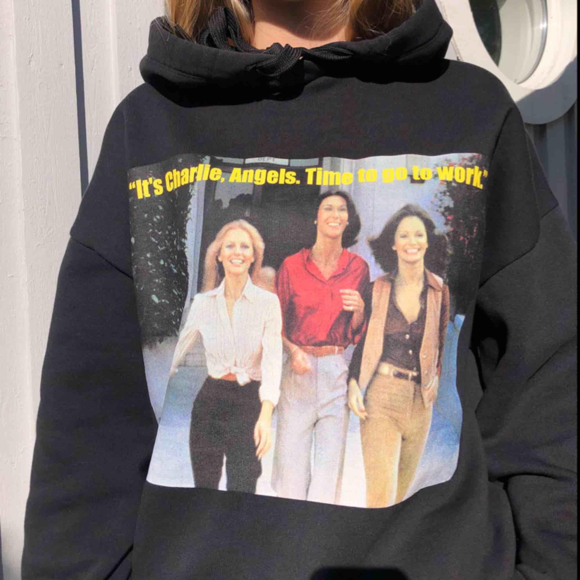 Cool hoodie från Zara. Skönt material. Köparen står för frakt👍🏼. Huvtröjor & Träningströjor.