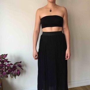 Plisserad kjol med underkjol. Jag är 176 cm lång. Nyskick.