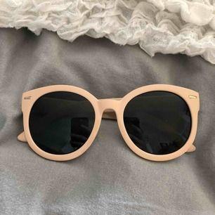Solglasögon från monki! Knappt använda därav i bra skick, Köparen står för frakten!