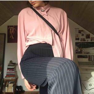 Rosa skjorta/blus i fallande tunt material. Jättefin detalj med knapp i kragen.