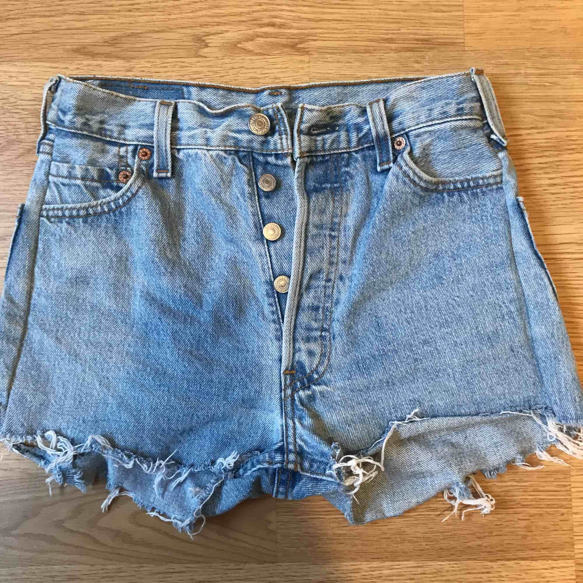 Superfina Levi's shorts 501 i ljusblå färg och slitning bak, w24. Högmidjade och sitter superfint på. Givetvis äkta och säljer pga för små, bra skick! Köpare betalar frakt. Shorts.
