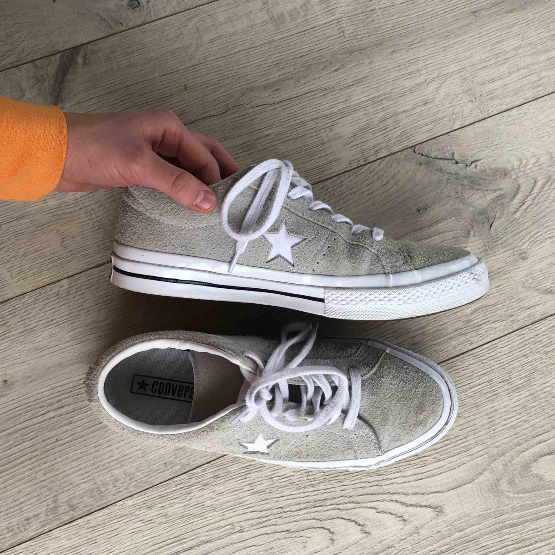 Grå/beiga converse one stars i storlek 39. Den andra bilden visar mer den rätta färgen på skorna. Väldigt fint skick! . Skor.