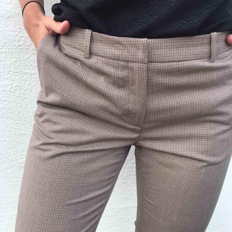 Rutiga kostymbyxor med lägre midja. Knappt använda, bra skick.. Jeans & Byxor.