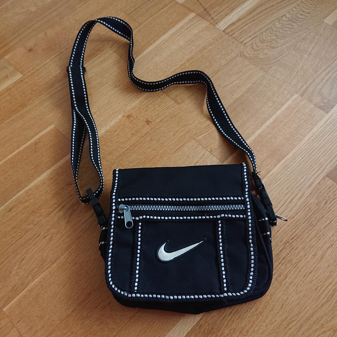 Mindre svart väska från Nike med justerbar axelrem, i fint skick! . Väskor.