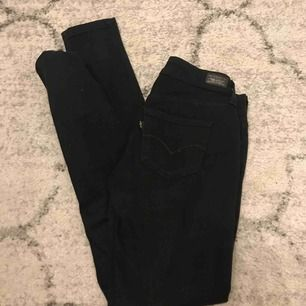 svarta levis jeans