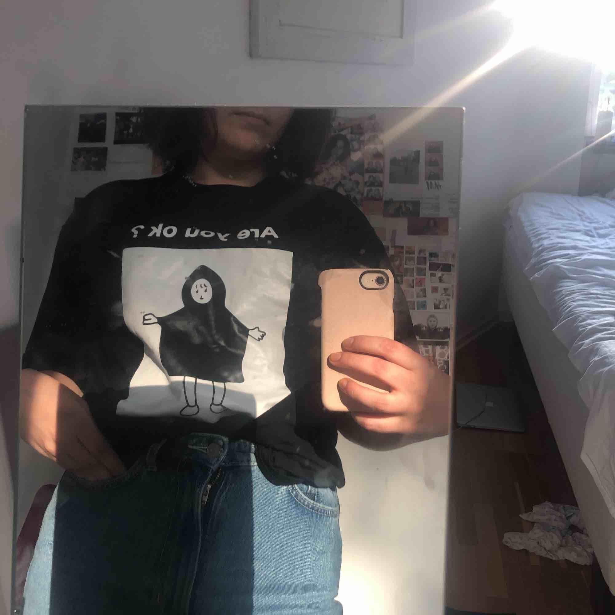 Plagget passar mig som har m 36/38 som storlek men hade sagt att den är oversized på mig!! Är köpt från yesstyle och har bara använts en gång! . T-shirts.