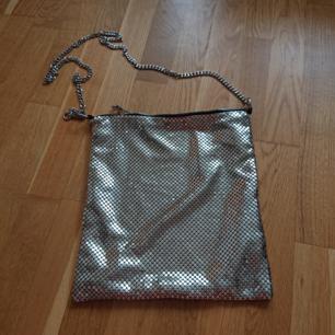 Väska/påse med silverkedja från Zara. Lite paco rabanne-inspirerad. Superfin och cool nu till sommaren. I nyskick!
