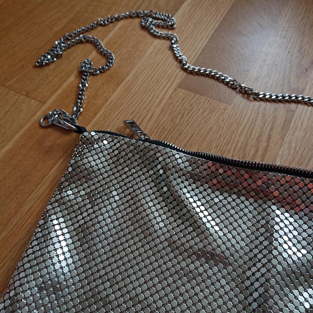 Väska/påse med silverkedja från Zara. Lite paco rabanne-inspirerad. Superfin och cool nu till sommaren. I nyskick! . Väskor.