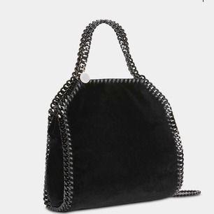 Sökes!!!!! En stella väska gärna mörk (svart eller marinblå) i modellen fallabella mini. Om ni säljer eller vet någon som säljer HMU!!!