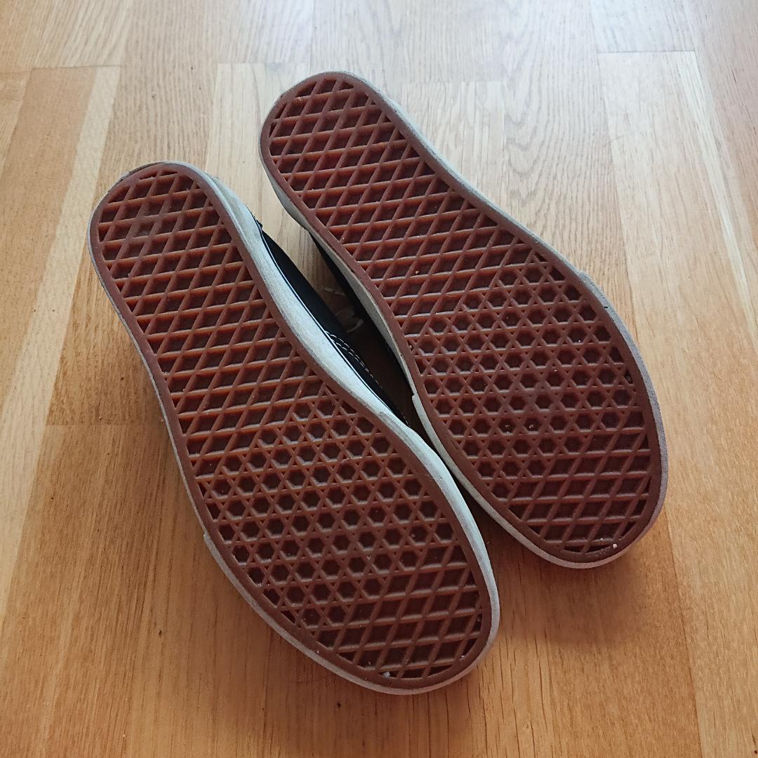 Svarta Vans i bra skick! Obs, det är ett hål i tyget på insidan av hälen i ena skon. . Skor.