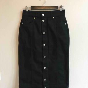 Svart denim kjol från Weekday i storlek 38. Knappt använd. Väldigt skön, men lite för stor för mig.  Köpare betalar frakt eller Meet up i Stockholm!