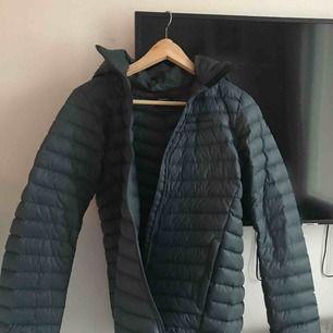 Den här jackan är köpt på Kidsbranstore.se, och har en super fin färg. Jackan är i storlek 170. Lite större passform (enligt mig, på mig själv)  Kan fungera för M