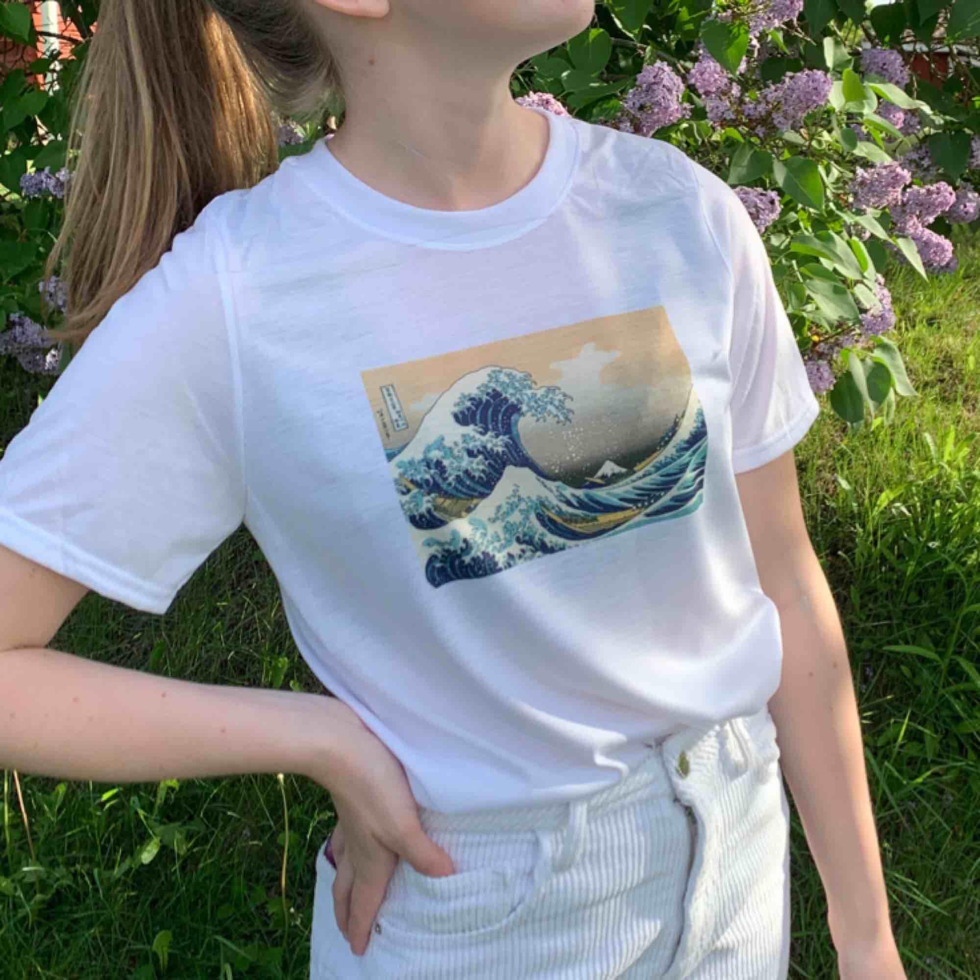 Finns i S-L i en unisex modell  Kontaka via plick eller maila theteeandtee@gmail.com för att beställa, önska egna tryck eller ställa frågor  Betalning sker via swish  Fraktar över hela landet, GRATIS frakt & inga returer  249kr styck inklusive frakt. T-shirts.