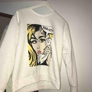 Jätte skön och snygg sweatshirt, med coolt tryck på!