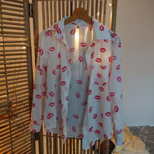 En vintage skjorta i tunnare material. Perfekta sommarskjortan/blusen, i superfint skick!