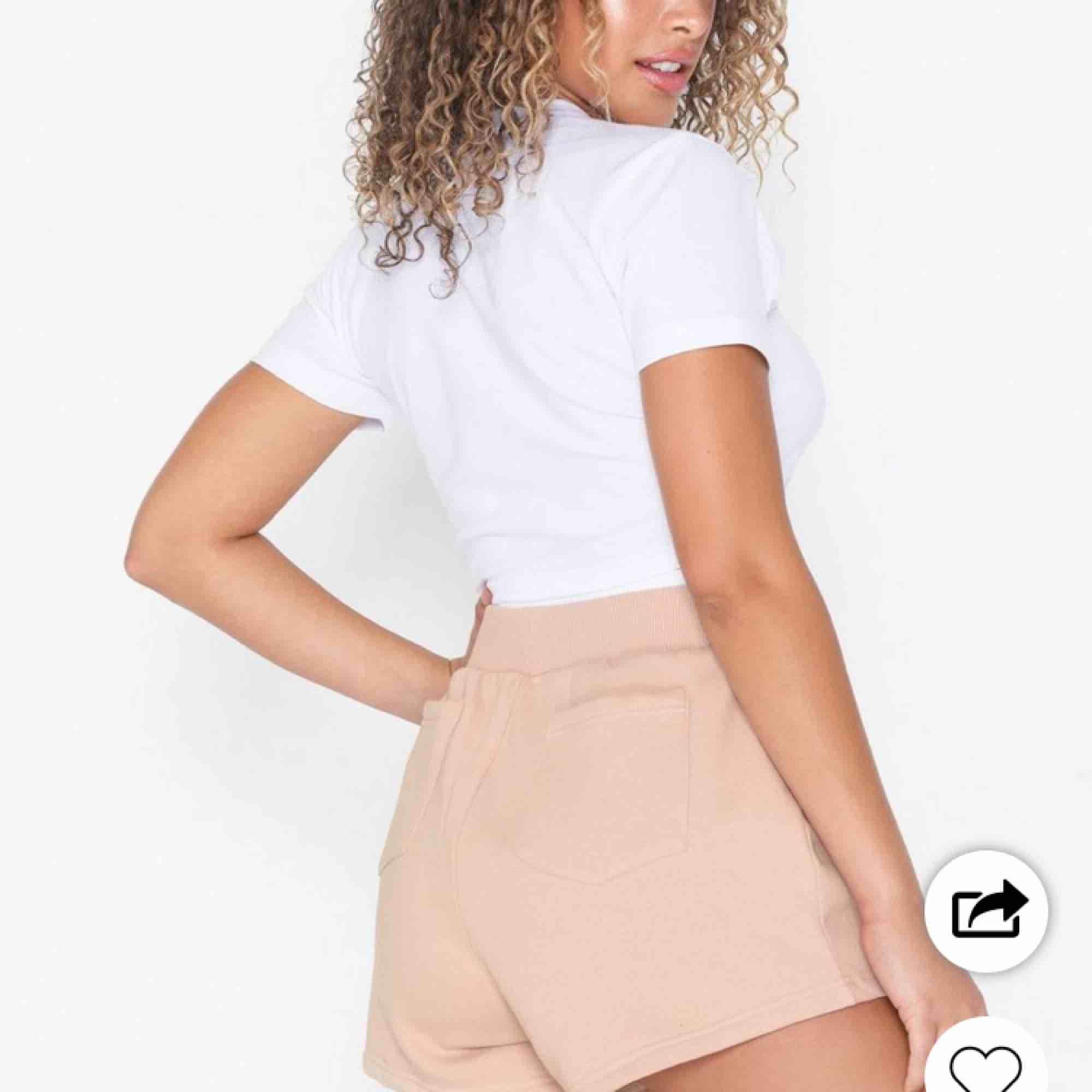 Säljer ett par mjuka shorts, frakt ingår i priset! Ordpris 199kr säljer för att jag anser att dom va för långa på mig, är 161cm lång. Säljer ett par exakt likadana i vitt.. Shorts.