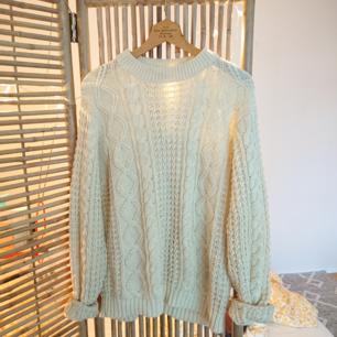 Vintage kabelstickad tröja i naturvit färg. Perfekta tröjan en sommarkväll/natt. I bra skick!