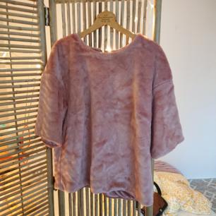 En gammelrosa lurvig tröja i bra skick!
