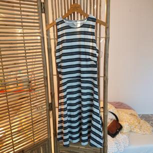 Randig klänning från H&M i bra skick!
