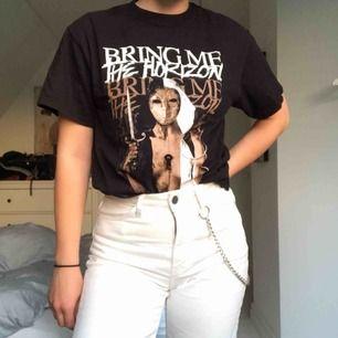 Bring me the horizon T-shirt från turné 2011 med coolt tryck på både bak och framsidan. Köparen står för eventuell frakt