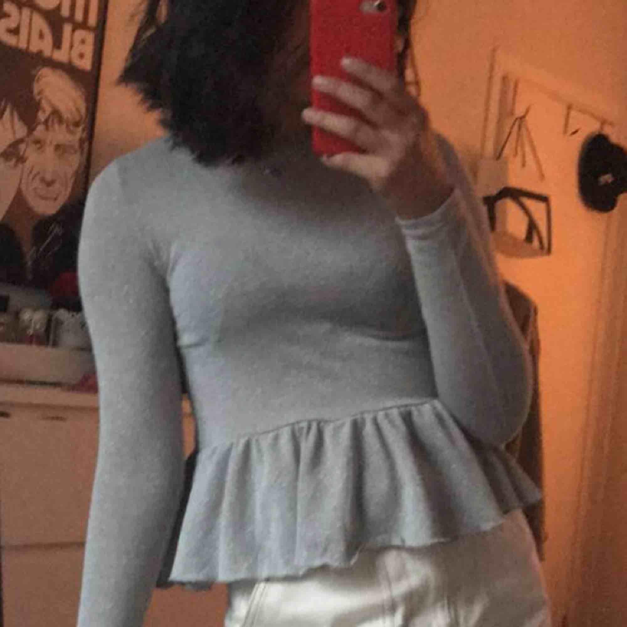 Går att vika som jag gjort och passar bra till oversized jackor! . Blusar.