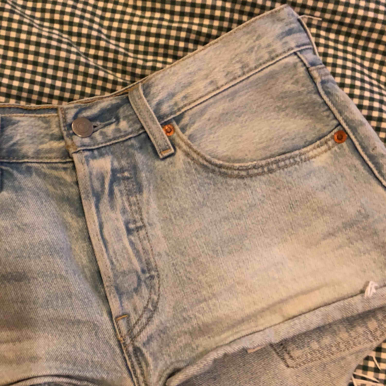 Levis Jeans Shorts jag köpte förr förra sommaren. Använde bara 1 sommar eftersom dem blev för små förra sommaren. Dem sitter tajt och har bra passform. Inte slitna. . Shorts.