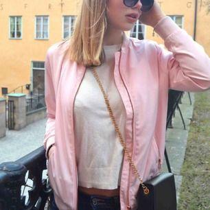 Säljer denna fina rosa jacka! Har tyvärr tröttnat på denna men fungerar perfekt som tunn jacka på sommar eller vår, eller varför inte göra om det till en Grease jacka? 😍