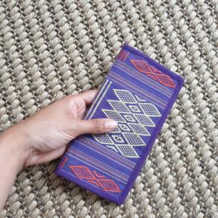 Fin broderad plånbok. Köpt på 90 talet i Vietnam men är i bra skick😊 fin färg kombo. Kan använda som en pass plånbok när man reser. Kan skickas annars finns i Malmö