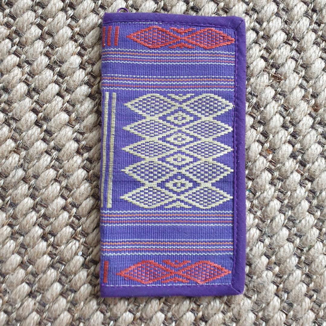 Fin broderad plånbok. Köpt på 90 talet i Vietnam men är i bra skick😊 fin färg kombo. Kan använda som en pass plånbok när man reser. Kan skickas annars finns i Malmö . Accessoarer.