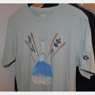 Ljusblå tshirt från Uniqlo, storlek M.  Fint skick!