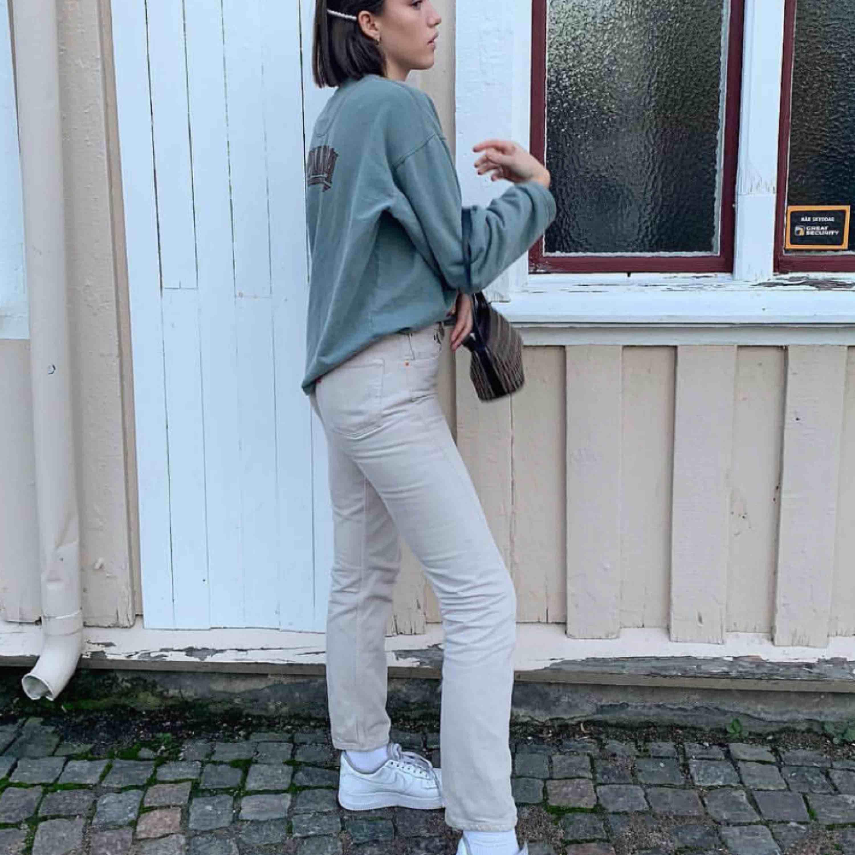 Beiga jeans ifrån Levi's, raka i benen! Skickar fler bilder vid förfrågan . Jeans & Byxor.