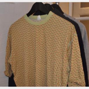 En fin färgglad tshirt från Oilily. Blommotiv. Storlek large.