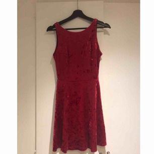 Härligt mjuk och vinröd sammetsklänning, endast använd en gång.