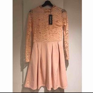 Helt ny söt babyrosa klänning med spets, aldrig använd. Säljer för den är för stor.
